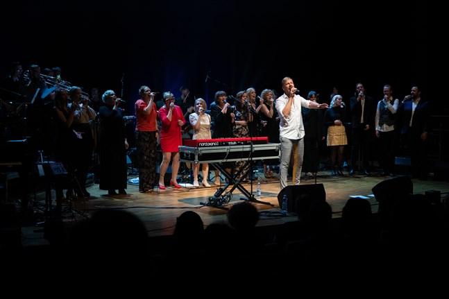 Osmo Ikonen uppträdde för första gången live i Jakobstad under onsdagens konsert.