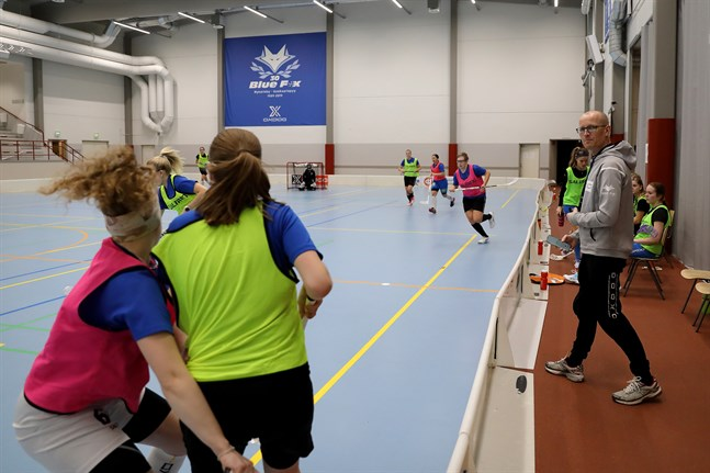 Blue Fox tränar under tränaren Peter Nordströms vakande öga. Seriepremiär blir det i Karleby på söndag.
