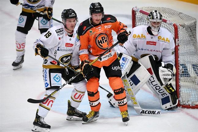 Joel Blomqvist vaktade kassen för Kärpät och fick bland andra tampas med meriterade HPK-centern Petri Kontiola.
