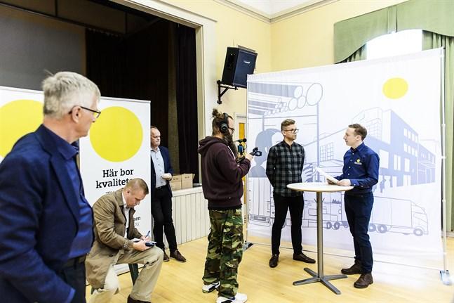 Jarl Sundqvist och Owe Sjölund ser på då Markku Koski intervjuas av Tomas Knuts.