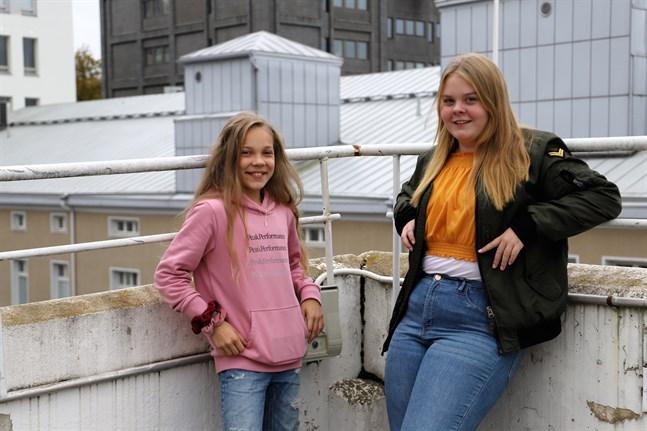 """Ellen Kronqvist Storholm och Amelia Backlund laddar inför MGP-finalen. Ellen dansar och Amelia är artist med låten """"Gå vägen själv""""."""