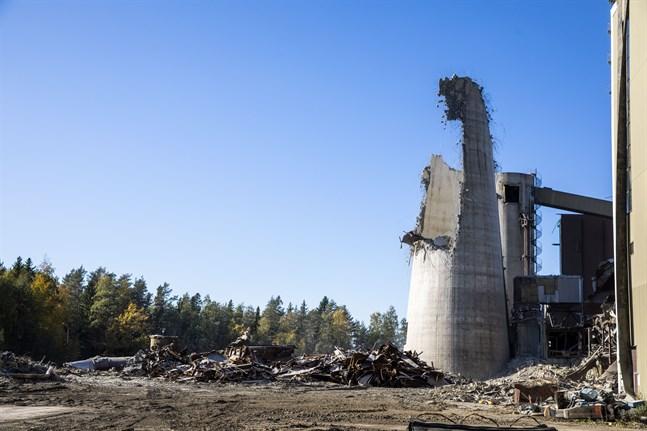 Det här var vad som återstod av kolkraftverkets skorsten efter sprängningen.