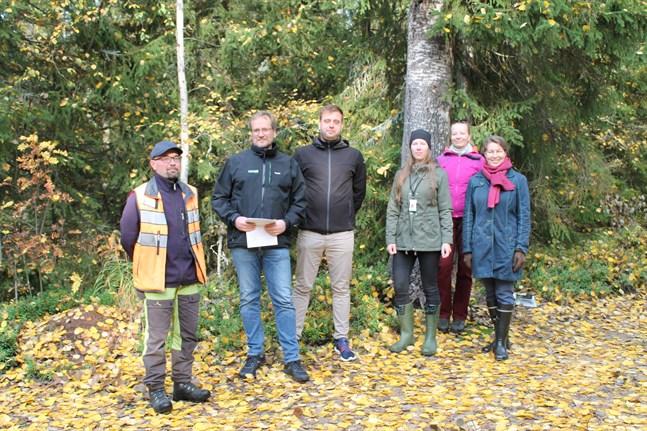 Stämplingsplanen för Trullö presenterades i fredags. Fr.v. Ahti Räinä, Karleby stad, Mikko Pajoslahti, Oskar Wallin, Tea Heikkinen och Anni Koskela på Finlands skogscentral och Eija Hurme projektchef på Forststyrelsen.