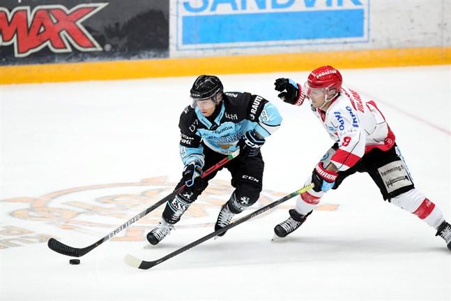 Valtteri Viljanen, till höger, hann spela sex matcher med saldot 1+2 innan han åkte på en skada. I kväll är han tillbaka i spel.