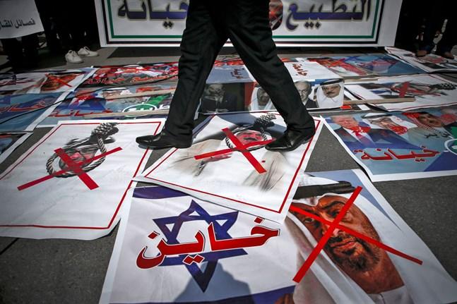 Avtalet med Israel stärker en ambitiös krigarnation som Förenade Arabemiraten – involverat i krigen i Jemen och Libyen, skriver Mellanösternkännaren Bitte Hammargren. Bilden är från en palestinsk demonstration mot avtalet; ansiktet under det röda krysset tillhör Abu Dhabis kronprins Mohammed bin Zayed.