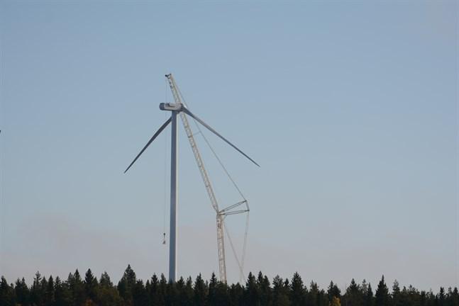 EPV Vindkraft uppger att det var blixtnedslag som orsakade att två rotorblad knäcktes och föll ner på marken i Ömossa. Även övriga kraftverk granskades och fel påträffades i två vingar som ska bytas ut.