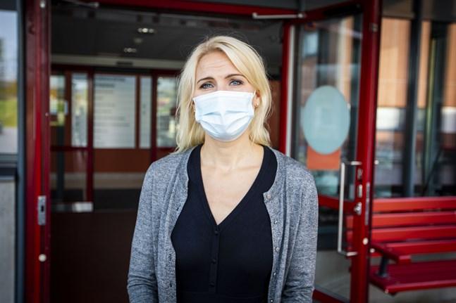 Marina Kinnunen beklagar att rekommendationerna inte kan dämpas, utan att de i stället förlängs nästan till våren. Orsaken är ofta att folk tar med smittan från utlandet.