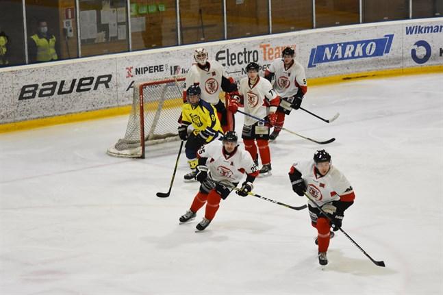 Krafts Kevin Snickars gjorde ett av lagets mål då man föll mot Kurikan Ryhti hemma i Hallis.