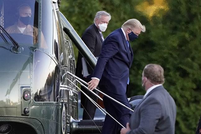 USA:s president Donald Trump (i mitten) när han anländer till militärsjukhuset Walter Reed.