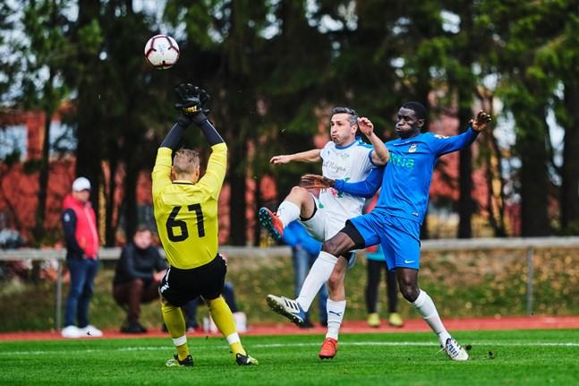 Samsonia Kakhaber i närkamp med Yankuba Ceesay. Det var i den här situationen som Krafts 1–1-mål kom.