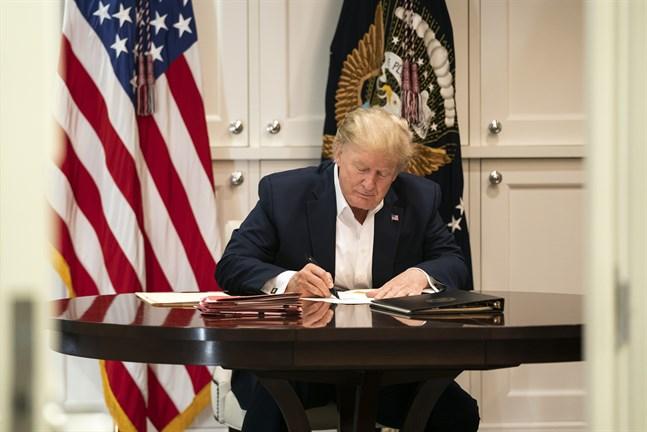 President Donald Trump arbetar på militärsjukhuset Walter Reed.