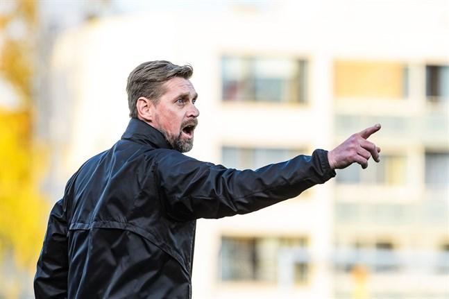 Niklas Käcko får åter ta sig ton som tränare i Jaro.