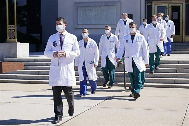 Vita huset-läkaren Sean Conley och ett läkarlag som behandlar USA:s president Donald Trump på miitärsjukhuset Walter Reed.