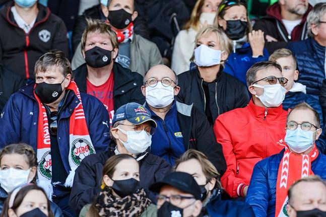 Munskydden är en bra preventiv åtgärd, anser samordningsgruppen som ger en fortsatt stark rekommendation om att de används till årets slut. Bild från en fotbollsmatch mellan Jaro och KPV.