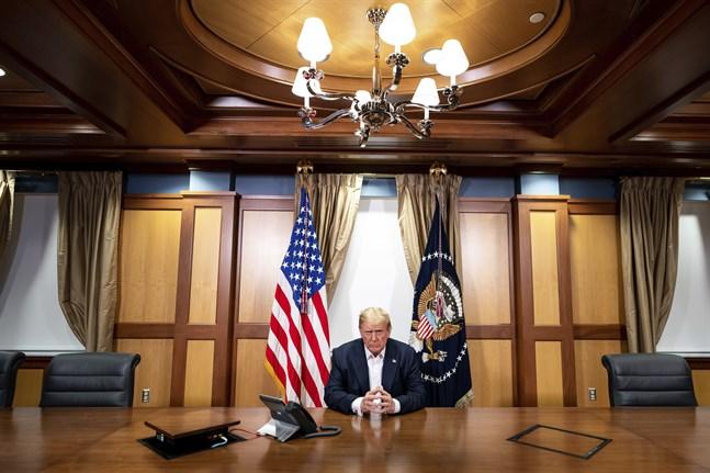 Bild publicerad av Vita huset, som uppges visa en arbetande Donald Trump på sjukhuset.