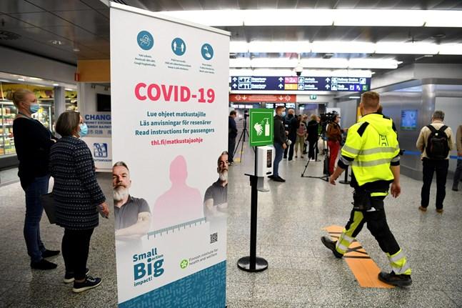 Den som kommer till Finland från ett land där smittrisken är högre än här rekommenderas sitta 14 dygn i frivillig karantän. Tiden kan förkortas om man har två negativa coronatest.