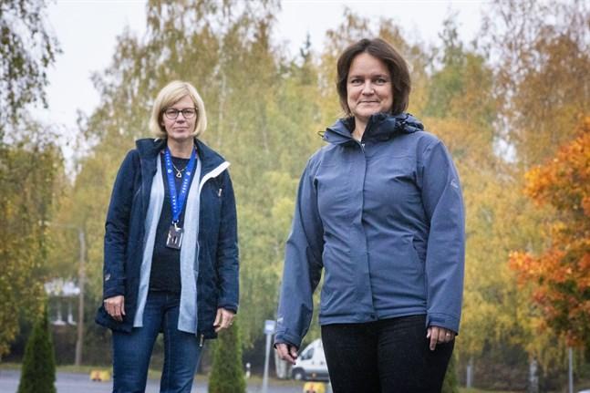 Camilla Mäkinen och Kathy Guss beskriver smittspårningen som att hålla kontroll på ett kaos. Antalet människor som ska kontaktas stiger snabbt, när en smittad kan ha haft kontakt med flera tiotals personer innan hen fick symptom.