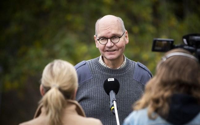 """Vasa stads ledande överläkare Heikki Kaukoranta säger att coronaläget för tillfället är oroväckande. """"Det hjälper tyvärr inte att 95 procent av människorna följer rekommendationerna när fem procent inte gör det"""", säger han."""