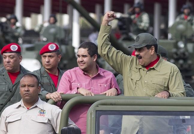 Nicolás Maduro Guerra, i mitten, tillsammans med sin far, Venezuelas president Nicolás Maduro under en militärparad i Caracas i april 2018.