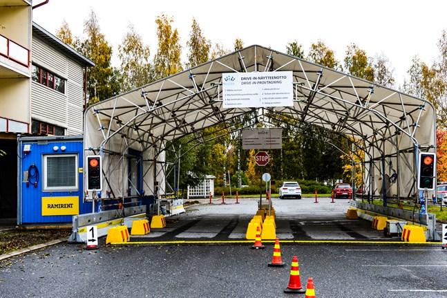 Drive-in coronaprovtagningen vid Mellersta Österbottens centralsjukhus.