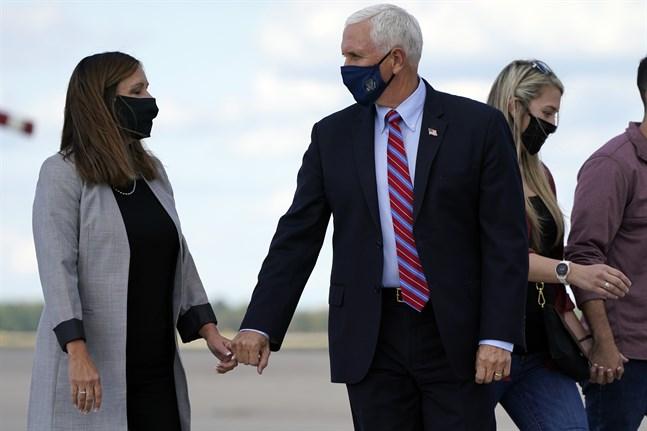 Mike Pence och Karen Pence bär munskydd sedan han lämnat Washington för att resa mot debatten i Utah.