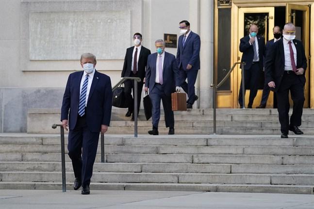 USA:s president Donald Trump promenerar ut från Walter Reed-sjukhuset, där han har vårdats för covid-19.