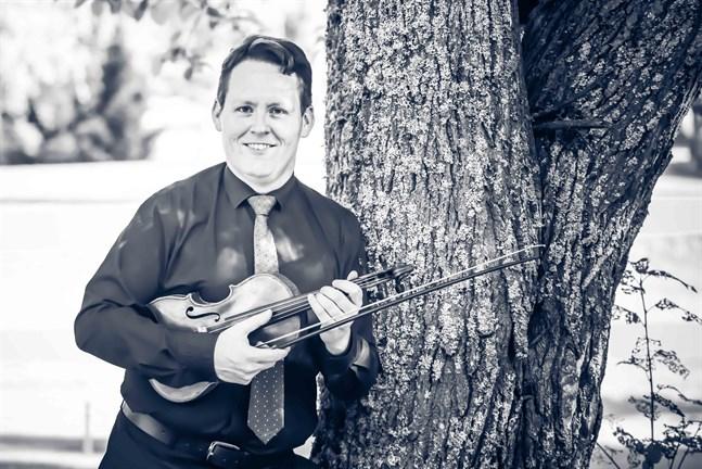 Musices magister Erik Nygård har studerat violinspelning och avlagt diplomexamen vid Sibelius-Akademin i Helsingfors.
