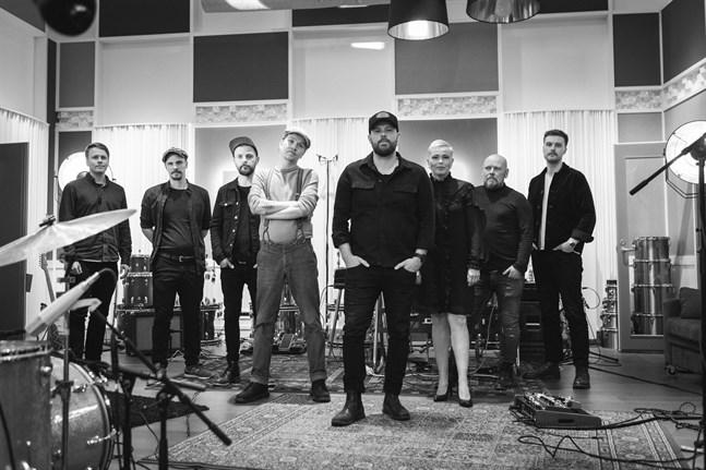 """Kuusikoksi spelade in """"Silly young heart"""" i Midasstudion på Replot. Musikerna är, från vänster, Robin Käldström, Peter Enroth, Anders Sjölind, Juha Saunala, Marcus Granfors, Anna-Karin Berg, Julius Thölix och Daniel Hjerppe."""