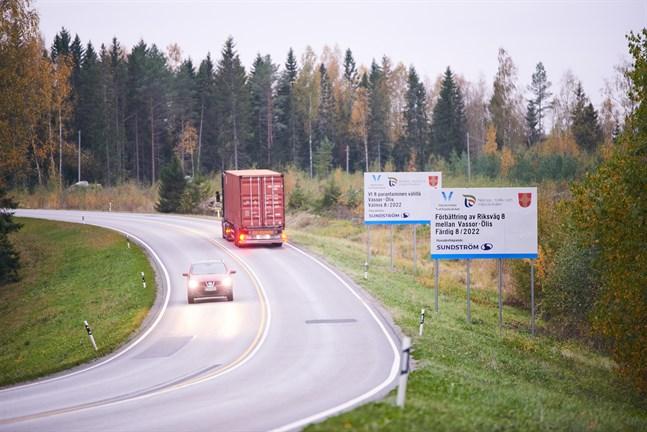 Snart kommer den stora förbättringen av riksväg åtta att börja påverka trafiken. Bilden är tagen i det bergiga partiet mellan Kärklax och avtaget till Ölis.