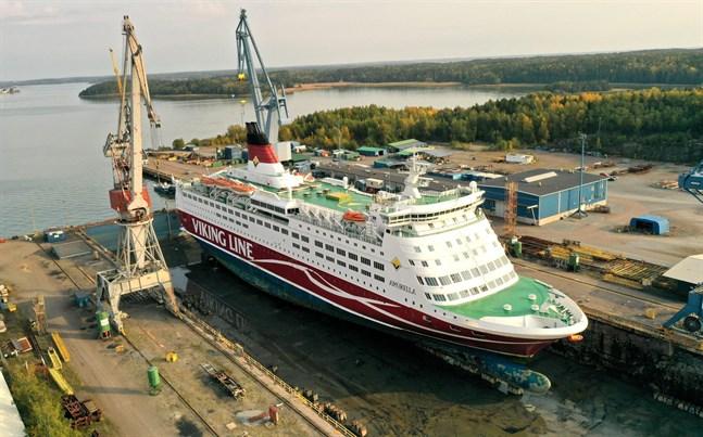 Amorella ligger i torrdocka i Nådendal. Fartyget väntas återgå i trafik i början på november.