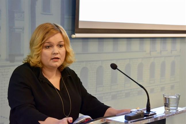 Familje- och omsorgsminister Krista Kiuru (SDP) meddelade om de uppdaterade begränsningarna för restauranger förra tisdagen.