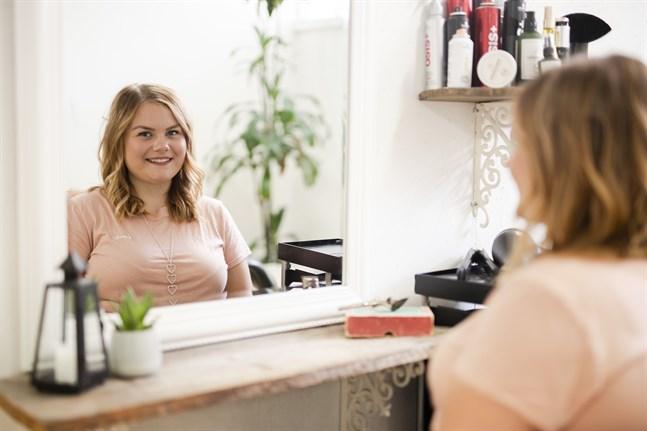 Julia Rönngård är frisör och studerade till merkonom på läroavtal i sitt eget företag med hjälp av en mentor. Nu kan hon bland annat sköta sin egen bokföring.