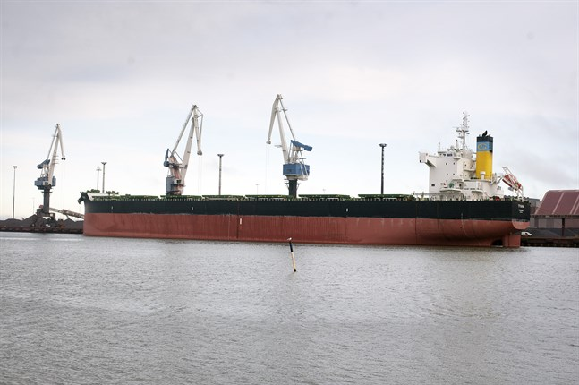 Fartyget Tyana är den första bjässen som använder sig av den djupare farleden på 14 meter som nu tagits i bruk till Karleby hamn.