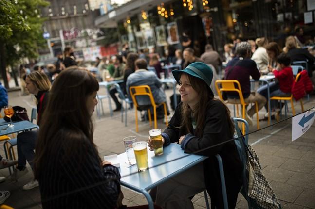 Barliv i Bryssel i juni, då landets caféer och restauranger tilläts öppna igen efter den mest akuta coronakrisen. Nu tvingas stadens barer återigen att stänga. Arkivfoto.