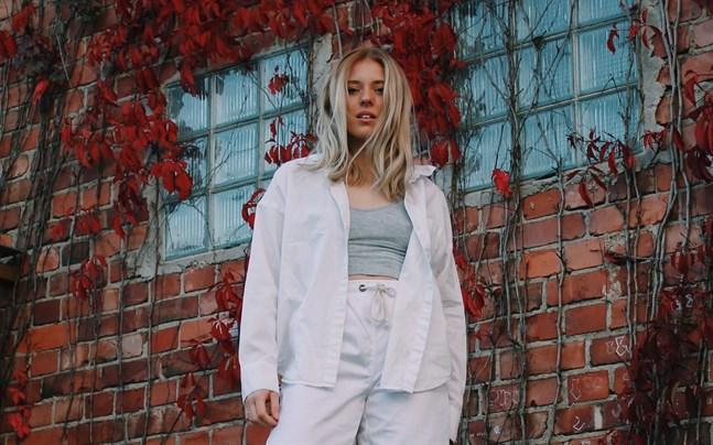 Alva Nygård har skrivit låtar sedan 2015, men använder artistnamnet Alva Elle sedan 2019.