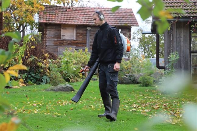 Petter Österåker hyr ut mindre maskiner till trädgårdsarbete – på så sätt slipper kunden investera i dyra maskiner som oftast bara används några få gånger per år.