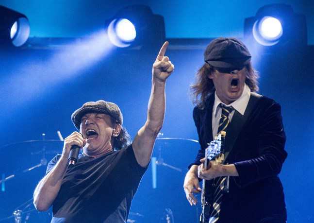 Brian Johnson och Angus Young på Friends arena i Sverige 2015.