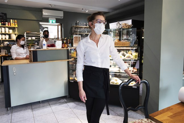 Annica Håkans på Aveny Café i Vasa säger att kunderna försvann på måndagen, efter helgens många coronafall.