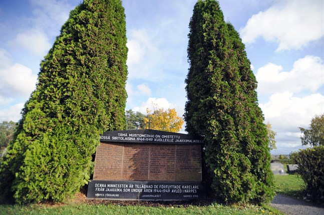 I dag finns få spår kvar i de österbottniska bygderna av de karelare som evakuerades hit under krigsåren. På kyrkogården i Närpes finns ett av dem, en minnessten.