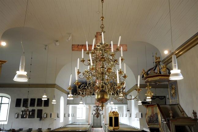 Högst 10 personer får delta i kyrkliga förrättningar i oktober. Bild från Närpes kyrka.