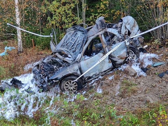 Efter att bilen kört av vägen började den brinna. De fyra ungdomarna hade alla lyckats ta sig ut när polisen anlände till olycksplatsen.