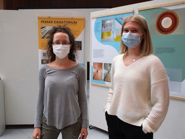 """Emilia Björkskog och Annika Kindberg studerar inredningsarkitektur vid Novia. """"Paimio by Aalto"""" är deras första utställning."""