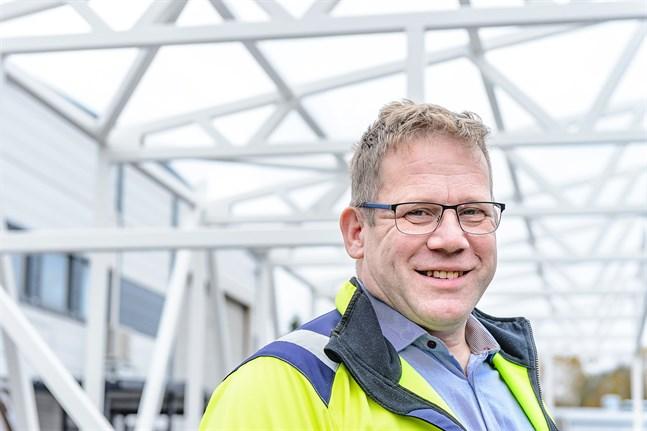 Sven Grankulla tycker att alla anställda verkar nöjda med de säkerhetsåtgärder som gjorts för att undvika smitta.