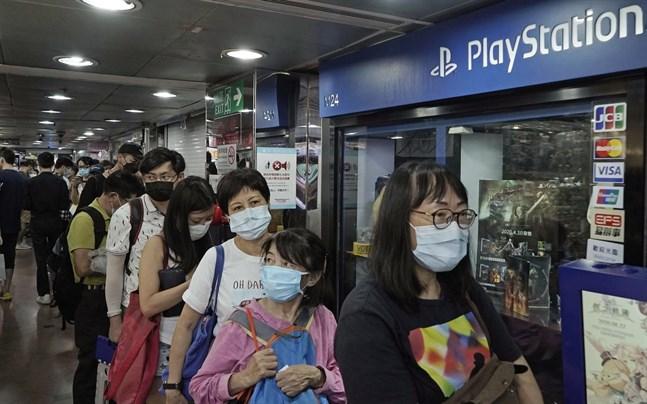 Spelentusiaster köar utanför en butik i Hongkong för att få förboka Playstation5. I Sverige väntas det råda brist på Sonys nya konsol.