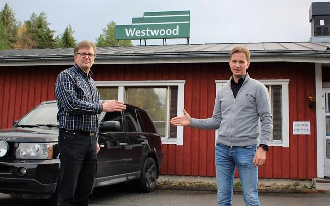 MSJ Woods vd Mikko Karhumaa och Rickard Snellman vd för Westwood skakar hand på avstånd.