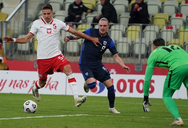 Fredrik Jensen (mitten) lämnade planen i 82:a spelminuten i onsdagens träningsmatch mot Polen.