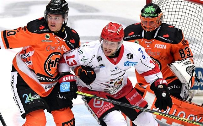 Sports kapten Erik Riska i kamp med förre NHL-spelaren Ville Koistinen. I bakgrunden HPK:s målvakt Joona Voutilainen.