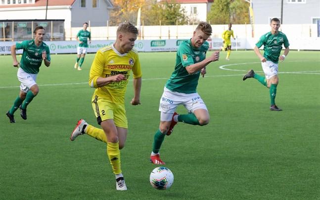 AC Kajaanis Juuso Kemppainen (närmast kameran) & Co gick på stjärnsmäll mot KPV nyligen. Nu väntar Jaro i Jakobstad. Karlebylagets Kyle Curinga bredvid Kemppainen.