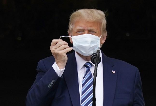 Trump höll ett tal från en balkong vid Vita huset på lördagen.