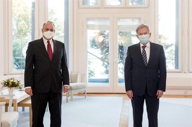 President Sauli Niinistö (t.h.) både höll avstånd och använde munskydd då han träffade Marshall Billingslea, Förenta staternas sändebud för vapenkontroll, på Talludden i måndags.